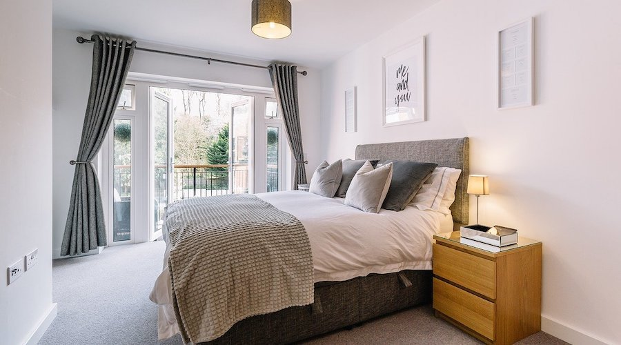 How to modernise the decoration of a bedroom?